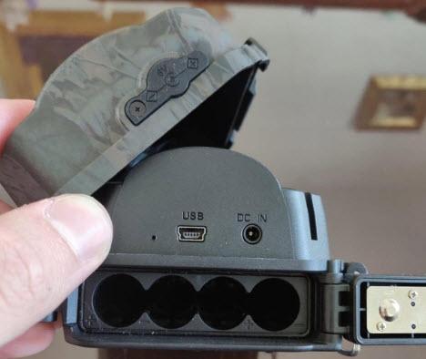 Compartiment à pile d'un piège photographique. On note la prise secteur pour une alimentation continue dans la cadre d'une utilisation en vidéosurveillance.